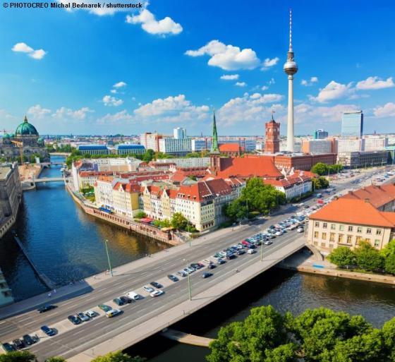 Blick aus einer Ferienwohnung auf Berlin auf Spree und Fernsehturm