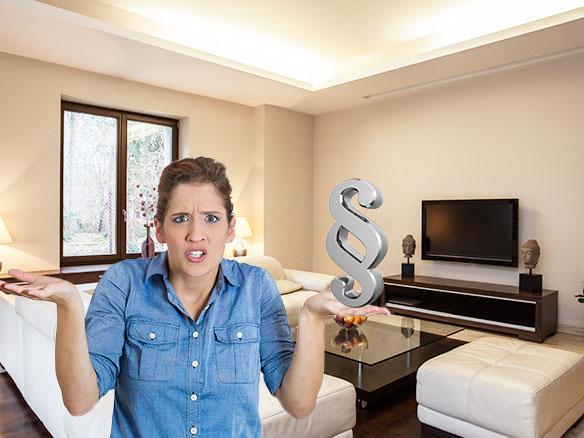 Frau mit einem Paragraphen in der Hand steht im Wohnzimmer einer Ferienwohnung