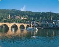 Blick auf Neckar alte Brücke und Schloss bei Heidelberg - Baden-Württemberg