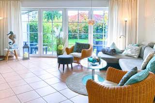 Traummomente Gartenwohnung Wohnbereich mit Couch und Sessel