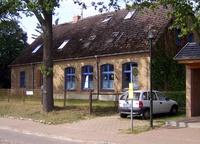 Rheinsberger Seenplatte Unsere Dorfschule von der Straßenansicht