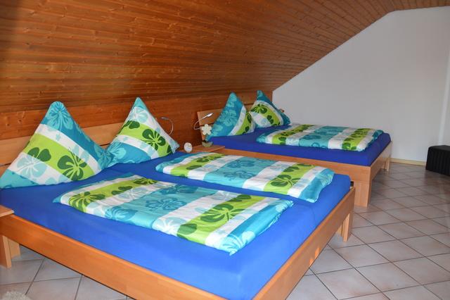Schlafzimmer / Wohnzimmer mit zwei Doppelbetten