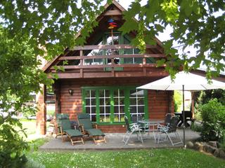 Traumhaftes Ferienhaus Blockbohlenhaus mit Balkon und überdachter Terr...