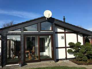 Ferienhaus Jadepark Eckwarderhörne Das Haus von der Vorderseite betrachtet.