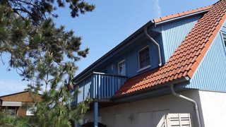 Koserow_Jugendweg_FeWo 15 Gebäudeansicht mit Balkon