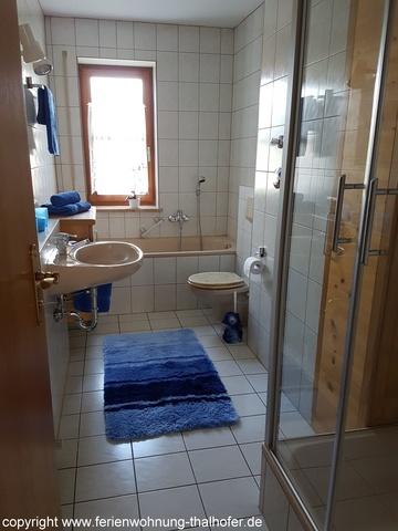 Badezimmer mit Wanne und Dusche