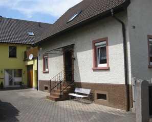 Ferienwohnung Debacher Außenansicht des Gebäudes mit Ferienwohnung im EG