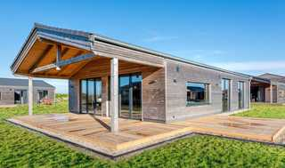 wohngesundes Designferienhaus mit exklusiver Ausstattung Außenansicht mit Terrassen