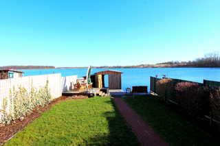 FERIENHAUS SEENSUCHT Garten mit Bootshaus