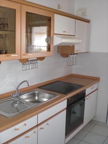 Die Küchenzeile mit Spülmaschine