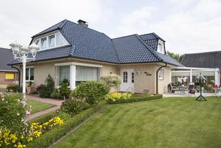 Haus Schuldt Hausansicht mit Vorgarten