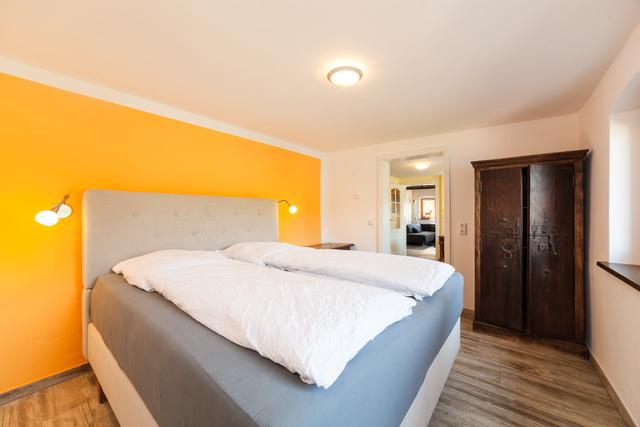 Wohnung I, Schlafzimmer mit Boxspringbett