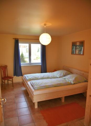 Schlafzimmer mit Fenster nach West