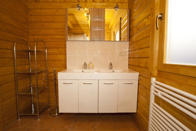 Badezimmer im Erdgeschoss mit 2 Waschplätzen