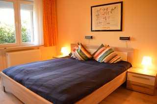 Ferienhaus Möllers Schlafzimmer mit Doppelbett