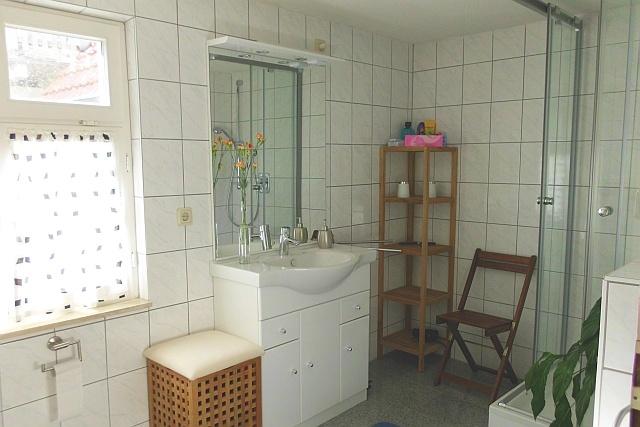Duschbad mit WC und Bidet im Hochparterre