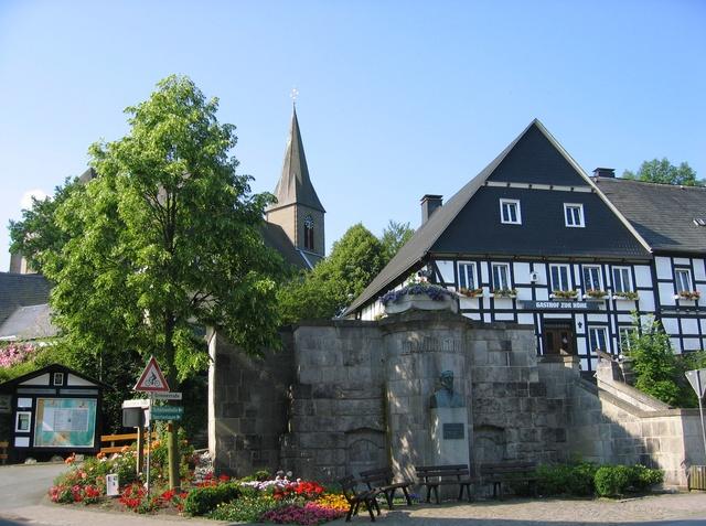 Dorfzentrum mit Grimmedenkmal