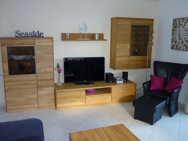 Schrankwand und TV Sessel