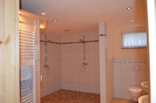 Bad mit Sauna und 2 Duschen und Waschbecken