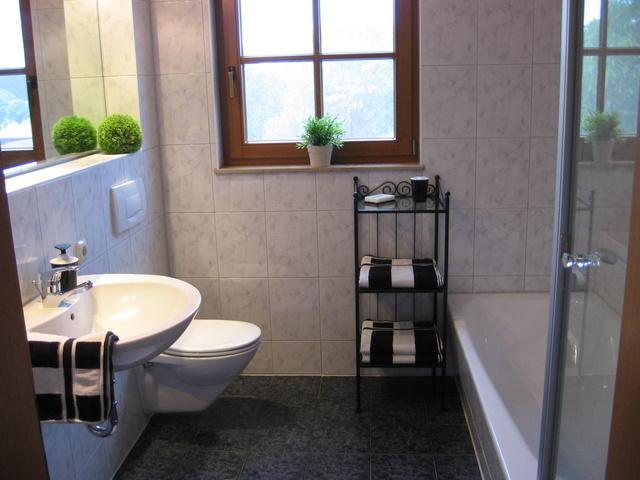 Badezimmer mit Dusche und Wanne 1. Stock