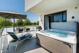 Luxus-SPA-OG-Fewo MARITIME DREAM (WE 3) Außenwhirlpool auf Balkon