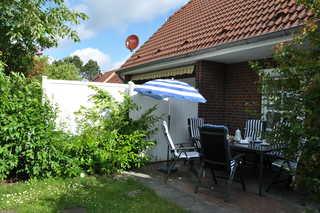 Ferienhaus Ankerglück sonnige Terrasse (Südseite) mit Gartenmöbel