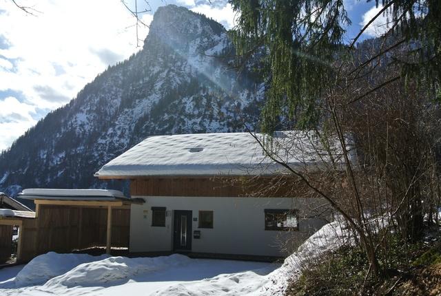 Haus mit Carport von vorne