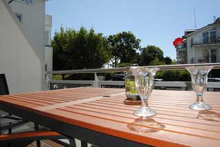 Badestrand Balkon mit Gartenmöbeln