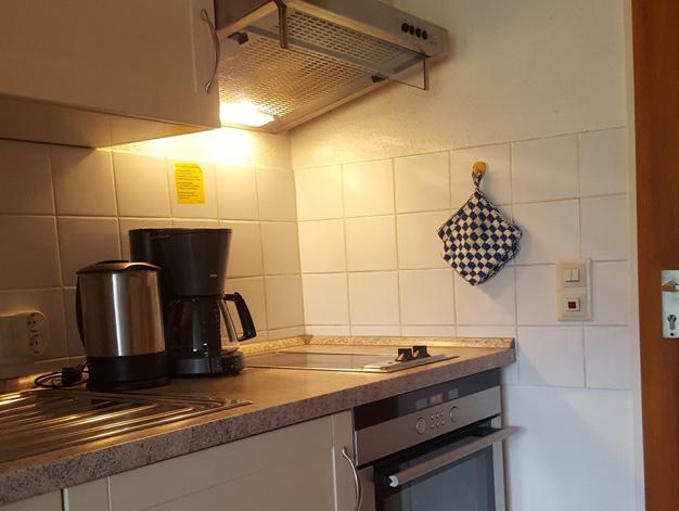 Kleine Küche mit umfangreicher Ausstattung