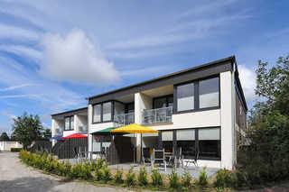 Haus Kunterbunt Außenansicht mit Terrassen und Balkonen