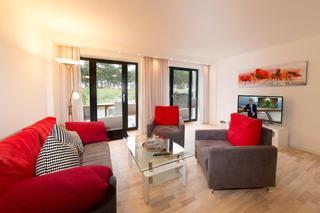 A07 Strandresidenz-Appartement in Prora Wohnbereich mit Fernseher