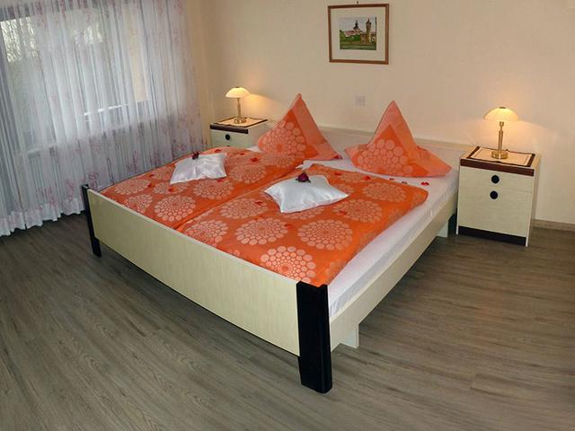 Schlafzimmer 1 / Bett 2x2m Bettwäsche vorhanden
