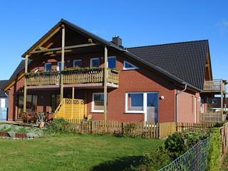 Ferienwohnung Rügen mit Ostseeblick Außenansicht mit Balkonen