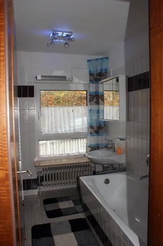 Badezimmer mit getrennter Dusche