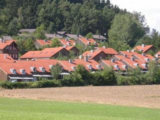 Ferienhaus-Apartmentanlage am Kellerberg Blick auf unsere Ferienanlage umgeben von Wiese...