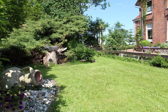Der große Garten bietet viel Platz zum spielen