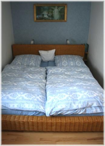 Zimmer mit Doppelbett und Etagenbett