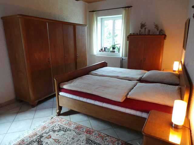 Das Schlafzimmer mit Doppelbett im EG