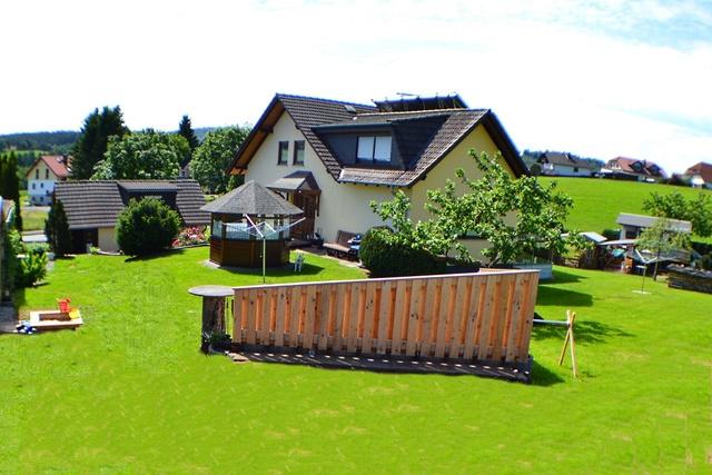 Gartenseite mit windgeschützer Sitzecke
