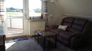 Ferienwohnung Tüchsen - SORGENFREIES REISEN* Wohnzimmer mit Blick zum Balkon
