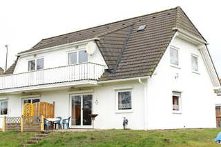 Ferienwohnungen Familie Piel Rückseite mit Balkon und Terrasse