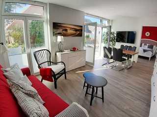 SteinReich Wohnbereich mit angrenzender Terrasse