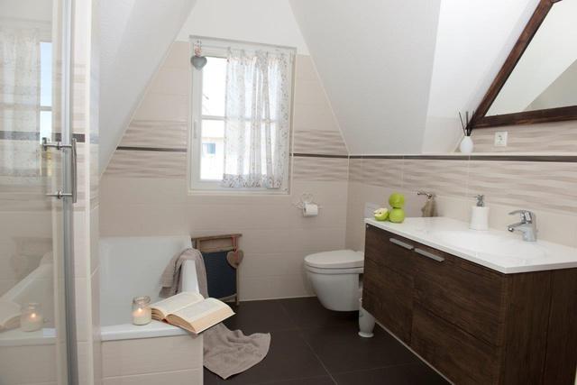 Bad im OG mit Dusche, Badewanne und WC