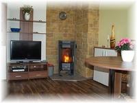 Ferienwohnung Bruns III Wohnzimmer mit Kaminofen