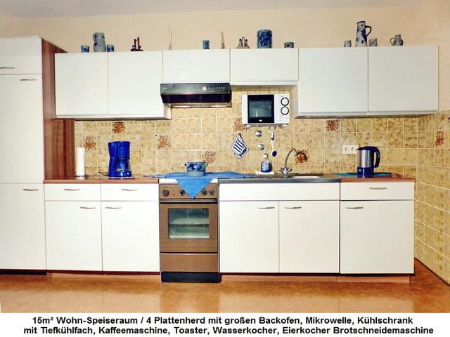 Küchenzeile reichhaltig mit Geschirr bestückt.