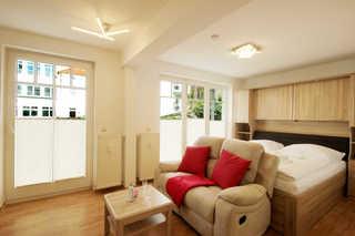 Ferienwohnung 23RB1, Haus Jahreszeiten Wohn- und Schlafbereich