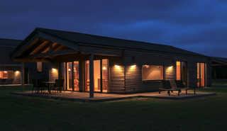 Gud Jard Lodge Nr. 13 Außenansicht bei Nacht