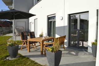 MeerZeitPerle Terrasse mit Gartenmöbeln und Sonnenschirm
