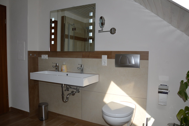 Bad mit Doppelwaschbecken, Fön und Kosmetikspiegel
