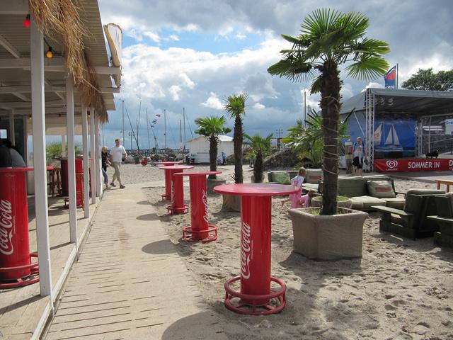 Die Strandbar am Aktionsstrand mit Bühne